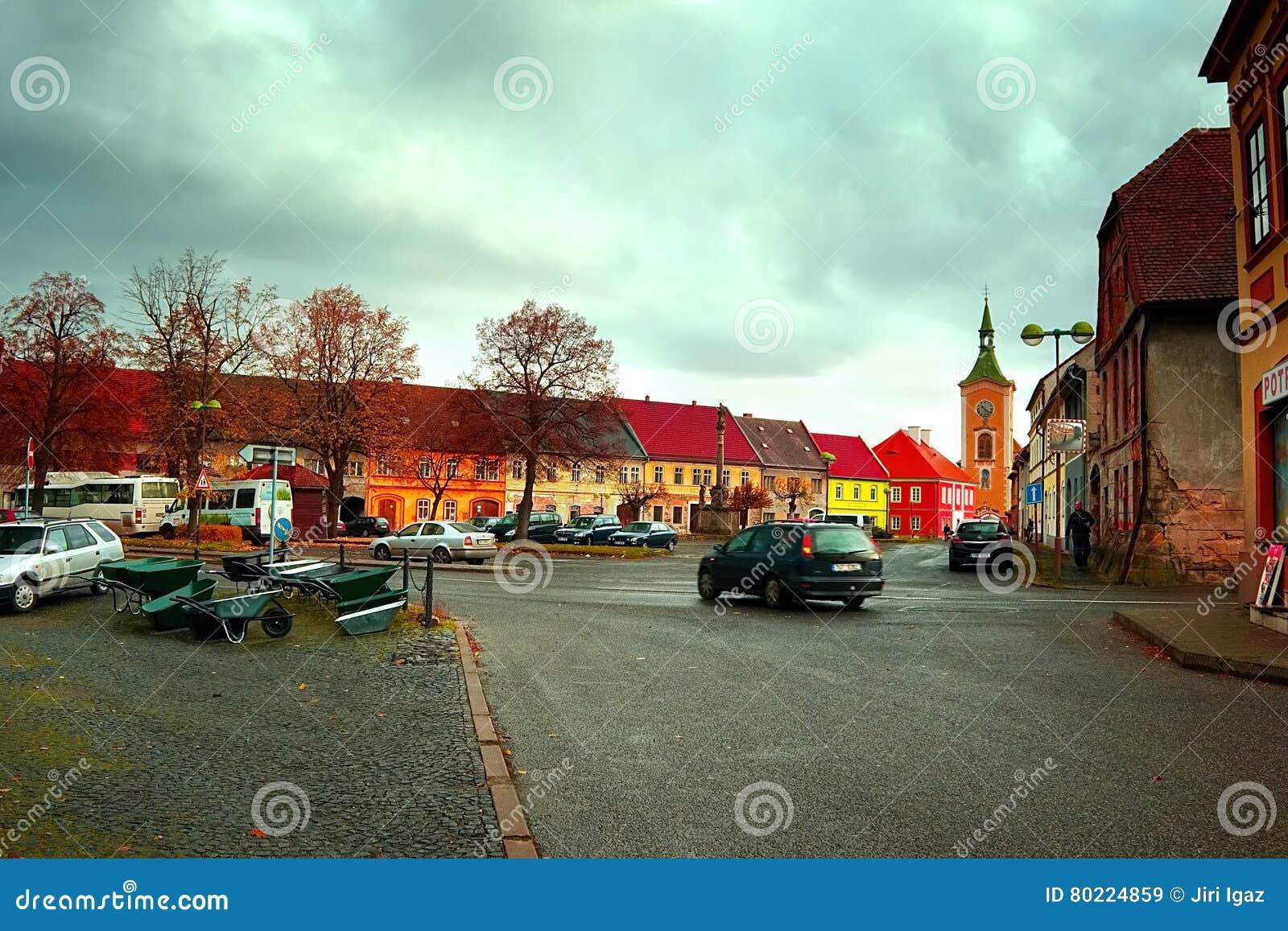 Kravare Machuv kraj, Tjeckien - oktober 29: detalj av genomskärningen nära fyrkanten med aktuellt erbjudande av metallskottkärror