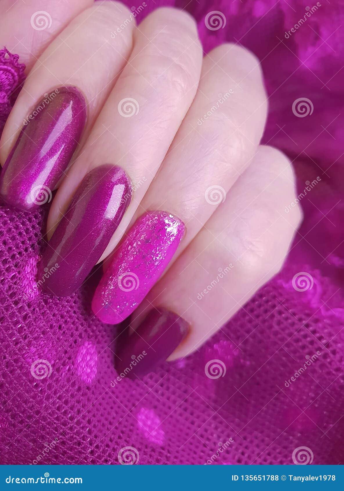 Kreative Ästhetik der weiblichen Spitzes der Handmaniküreart kreativen polnischen modernen, stilvoll, Eleganz
