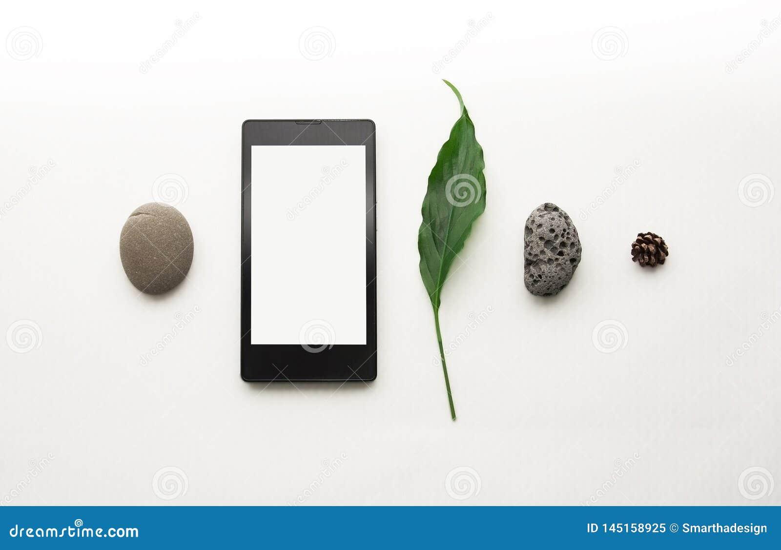 Kreativer Plan des Modellmobiltelefons Flacher gelegter Smartphone, leeres Briefpapier Wei?er Tabellenhintergrund Spott des freie