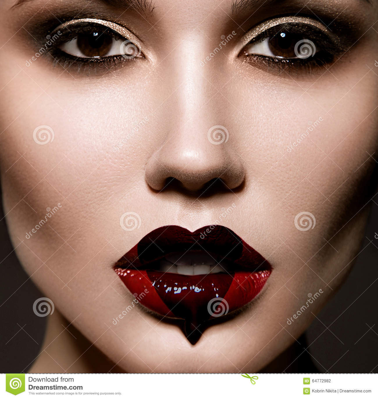 Kreatives Porträt des schönen jungen Mädchens mit a
