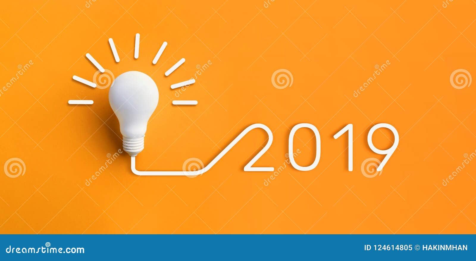 Kreativitätsinspirationskonzepte 2019 mit Glühlampe auf Pastell