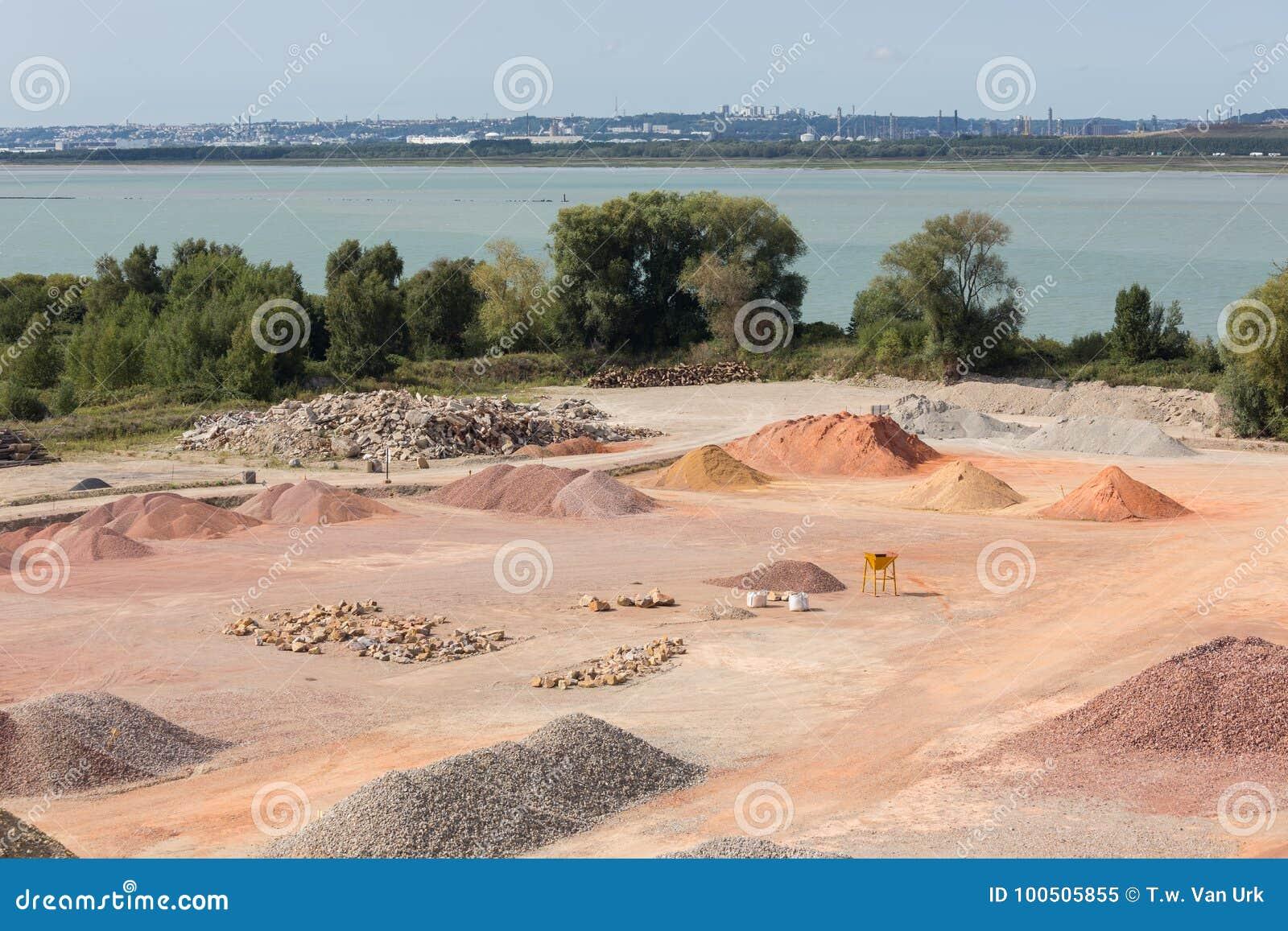 Kreatursinhägnad av sander, kiselstenar och aggregat nära Le Havre, Frankrike