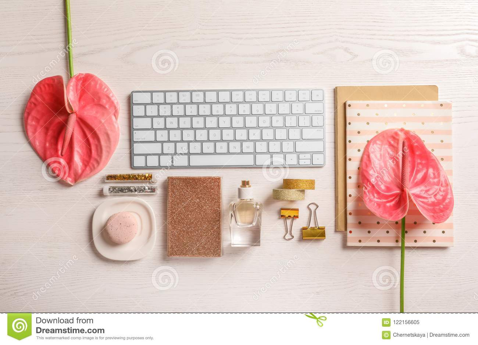 Kreatywnie mieszkania nieatutowy skład z tropikalnymi kwiatami i komputerową klawiaturą