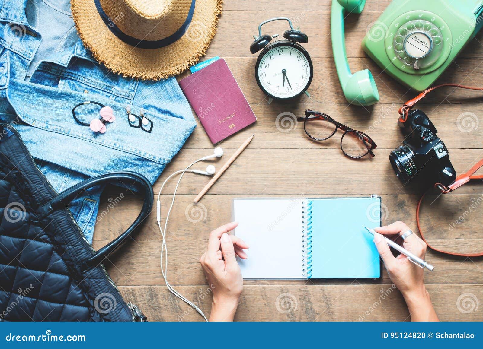 Kreatywnie mieszkanie nieatutowy kobiet ręki planuje wycieczkę być na wakacjach z akcesoriami