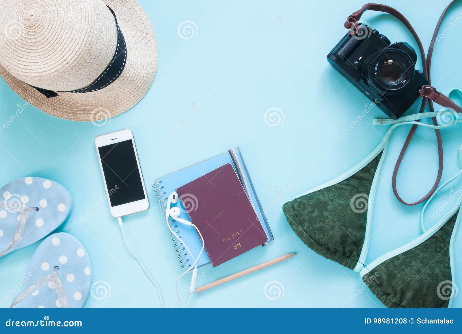 Kreatywnie mieszkanie nieatutowy paszporta, kamery i kobiety akcesoria na pastelowego koloru tle,