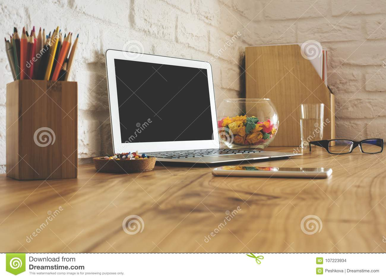Kreatywnie projektanta pulpit z pustym laptopem