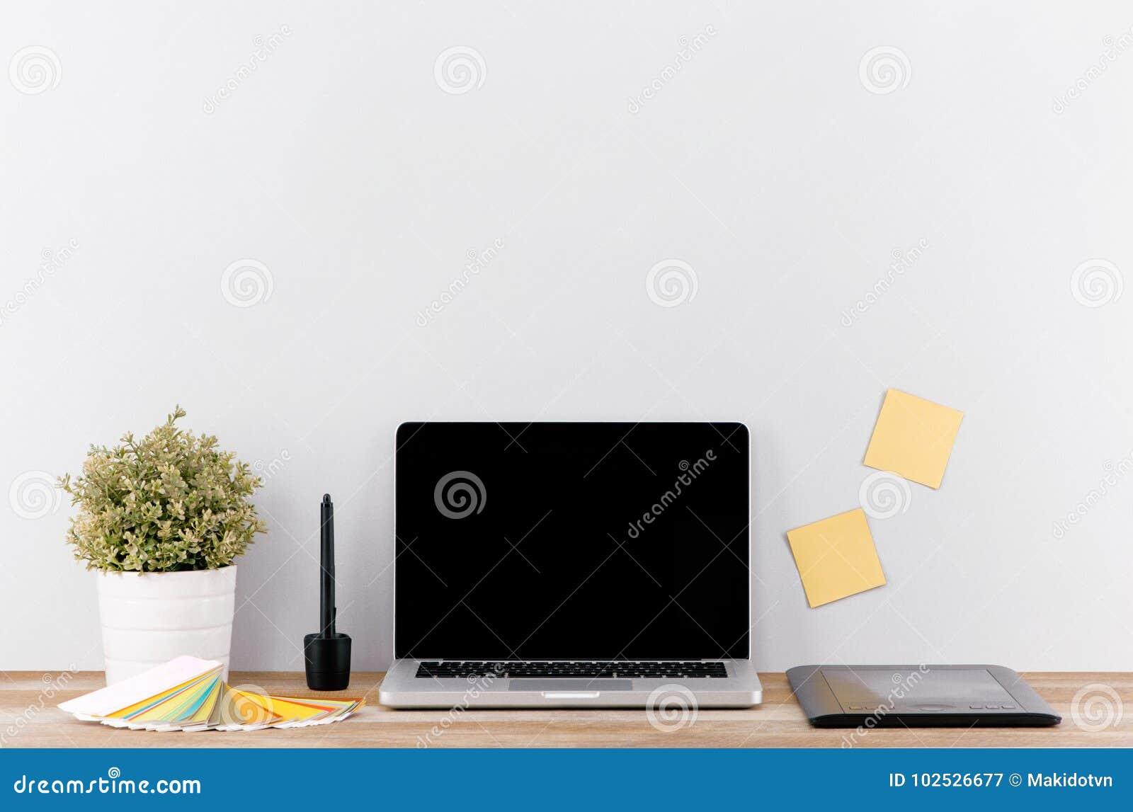 Kreatywnie projektanta workspace mockup z komputeru stacjonarnego ekranem