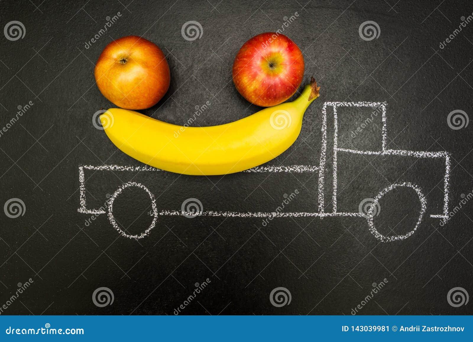 Kreda malował ciężarowy ładownego z bananami i jabłkami na czarnym tle