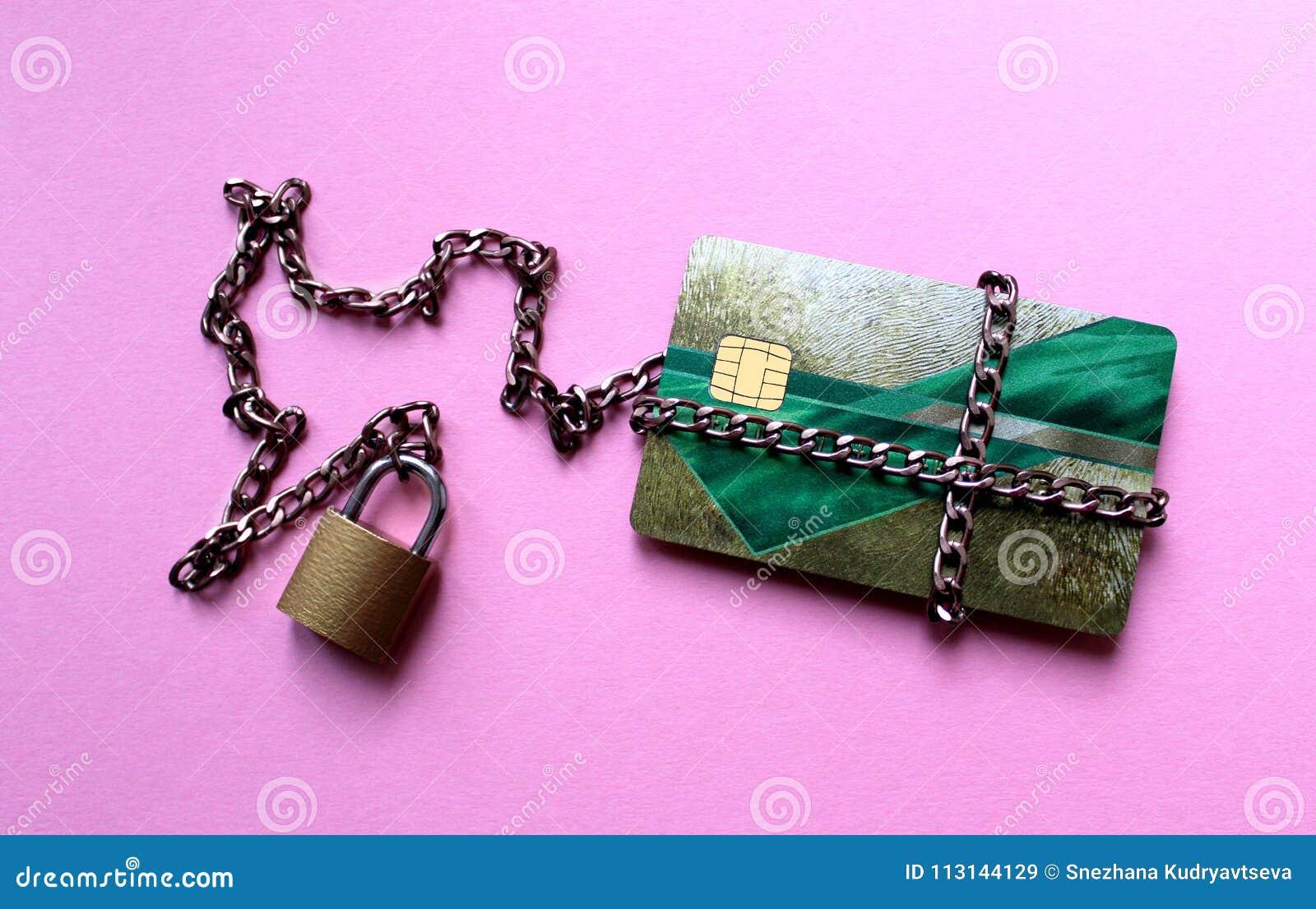 Kreditkarte das Geld ist unter dem Schutz des Schlosses