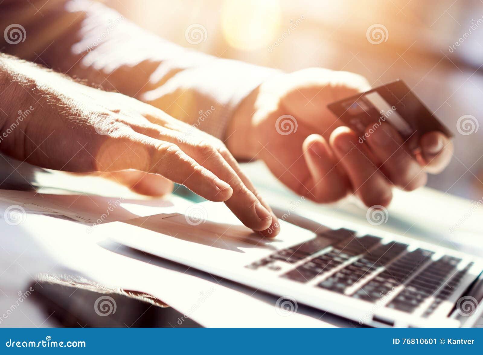 Kreditkort för hand för Closeupmaninnehav Shoppa för affärsmanUse Laptop Online betalningar Guy Typing Keyboard Notebook Name