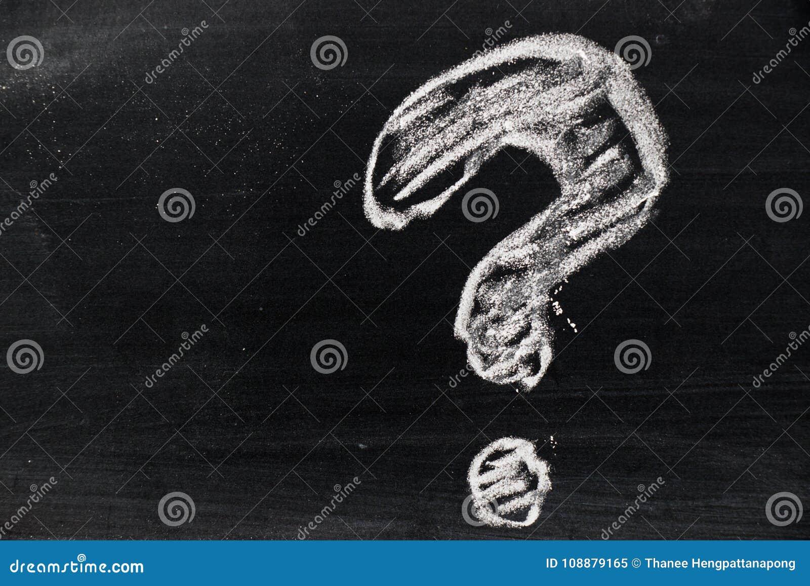 Kredowy ręka rysunek jako znaka zapytania kształt