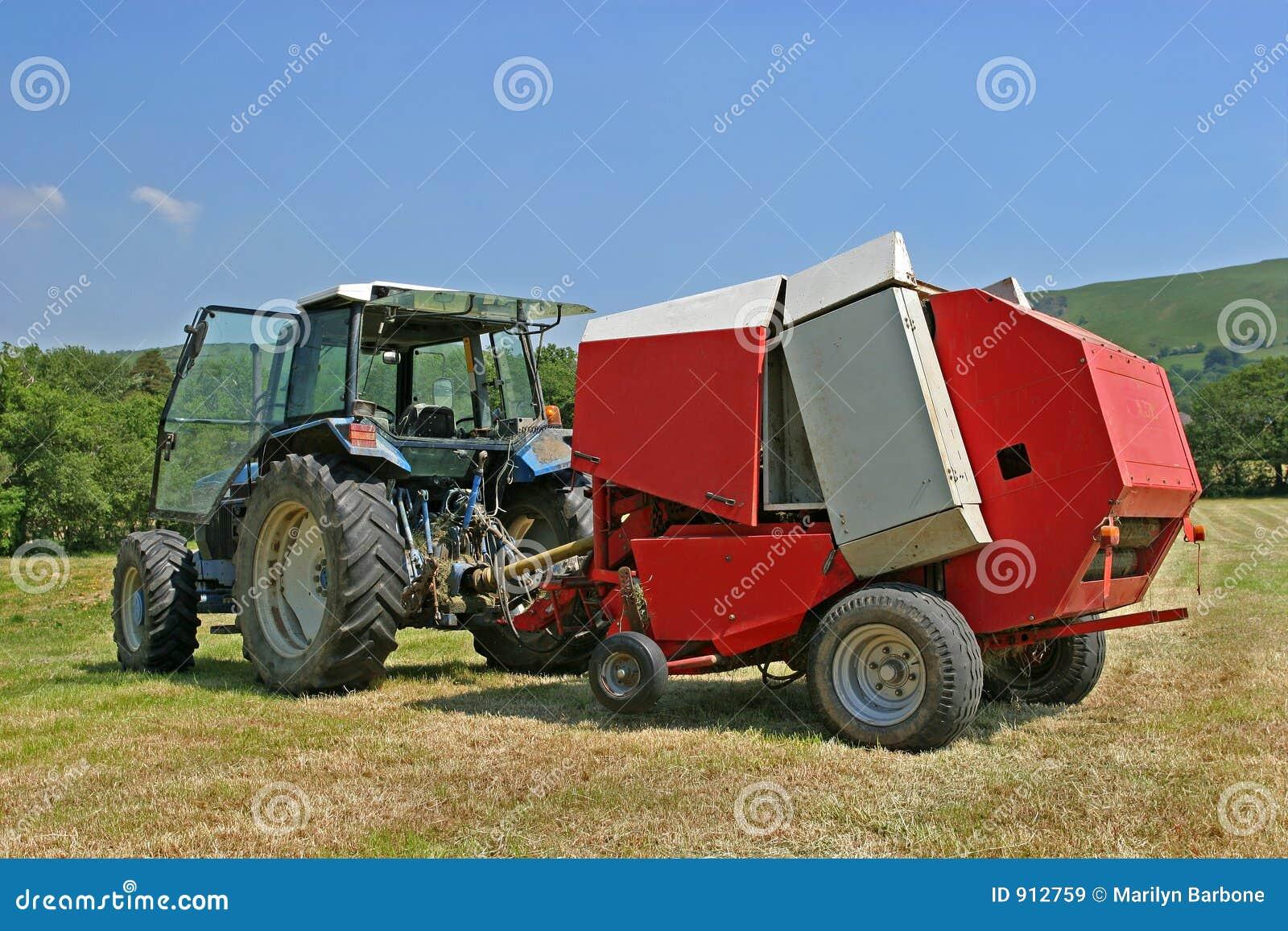 Kreisförmige Heu-Ballenpresse Und Traktor Stockbild - Bild von groß ...