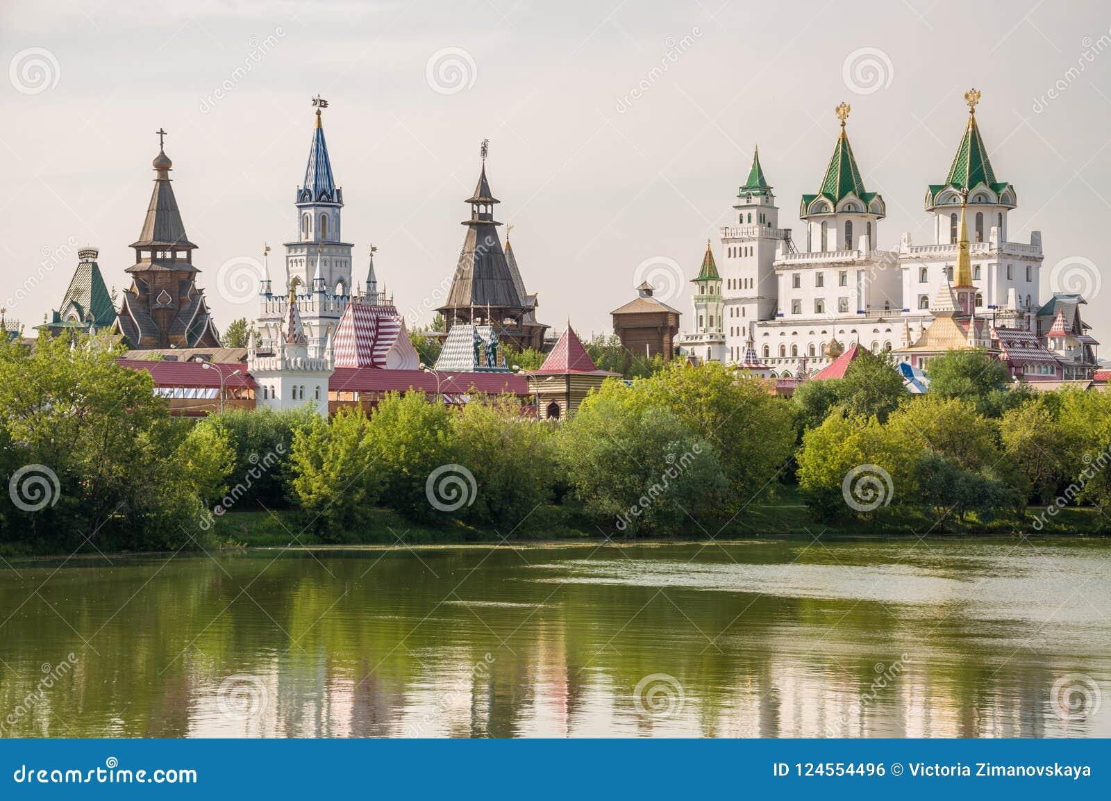 Kremlin dans Izmailovo avec un lac et des arbres, Moscou, Russie