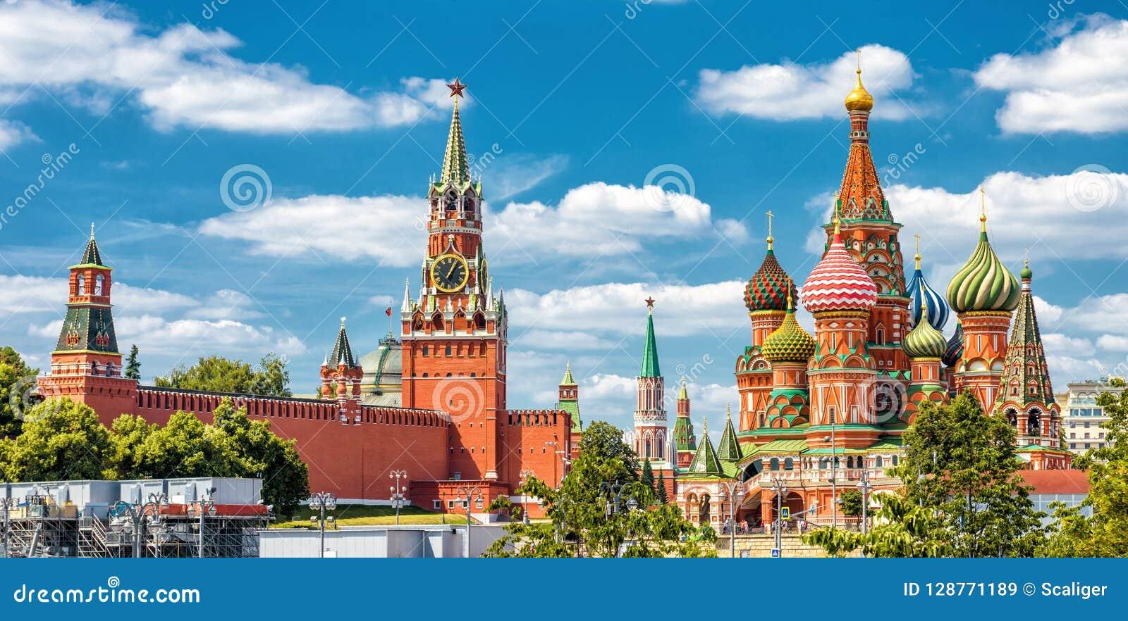 Kremlin de Moscou e catedral do ` s da manjericão do St no quadrado vermelho no MOS