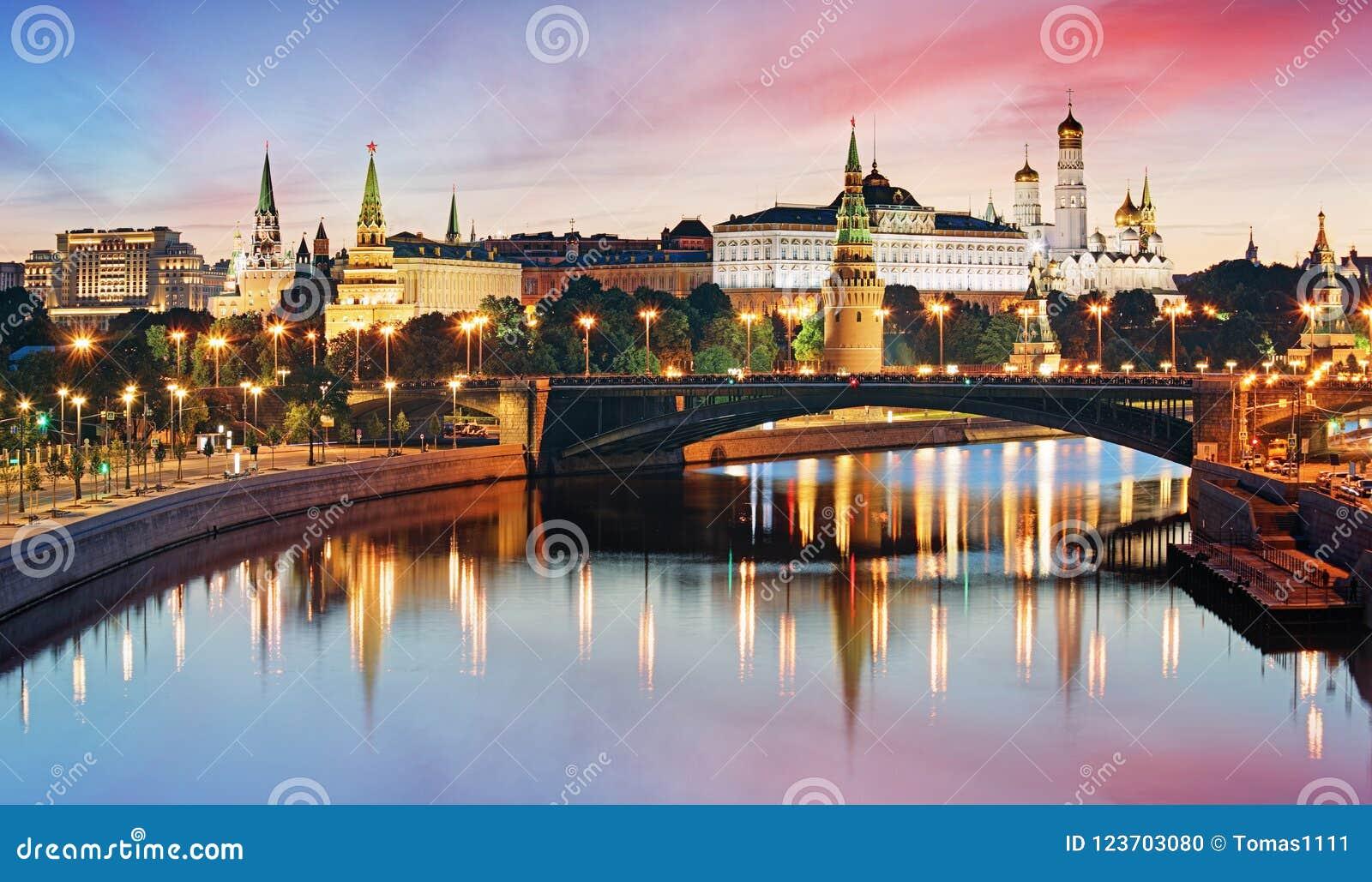 Kremlin de Moscou e rio na manhã, Rússia