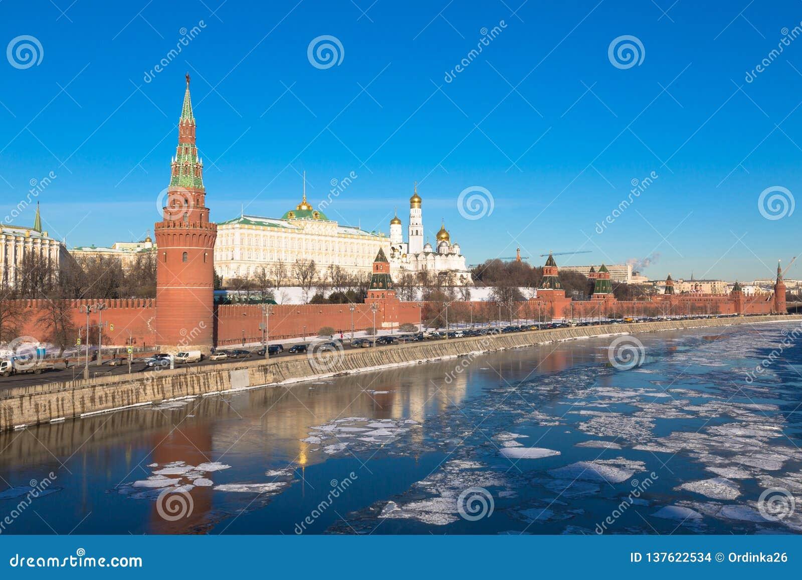 Kremlin de Moscou em 2017 Terraplenagem do rio de Moskva Rússia