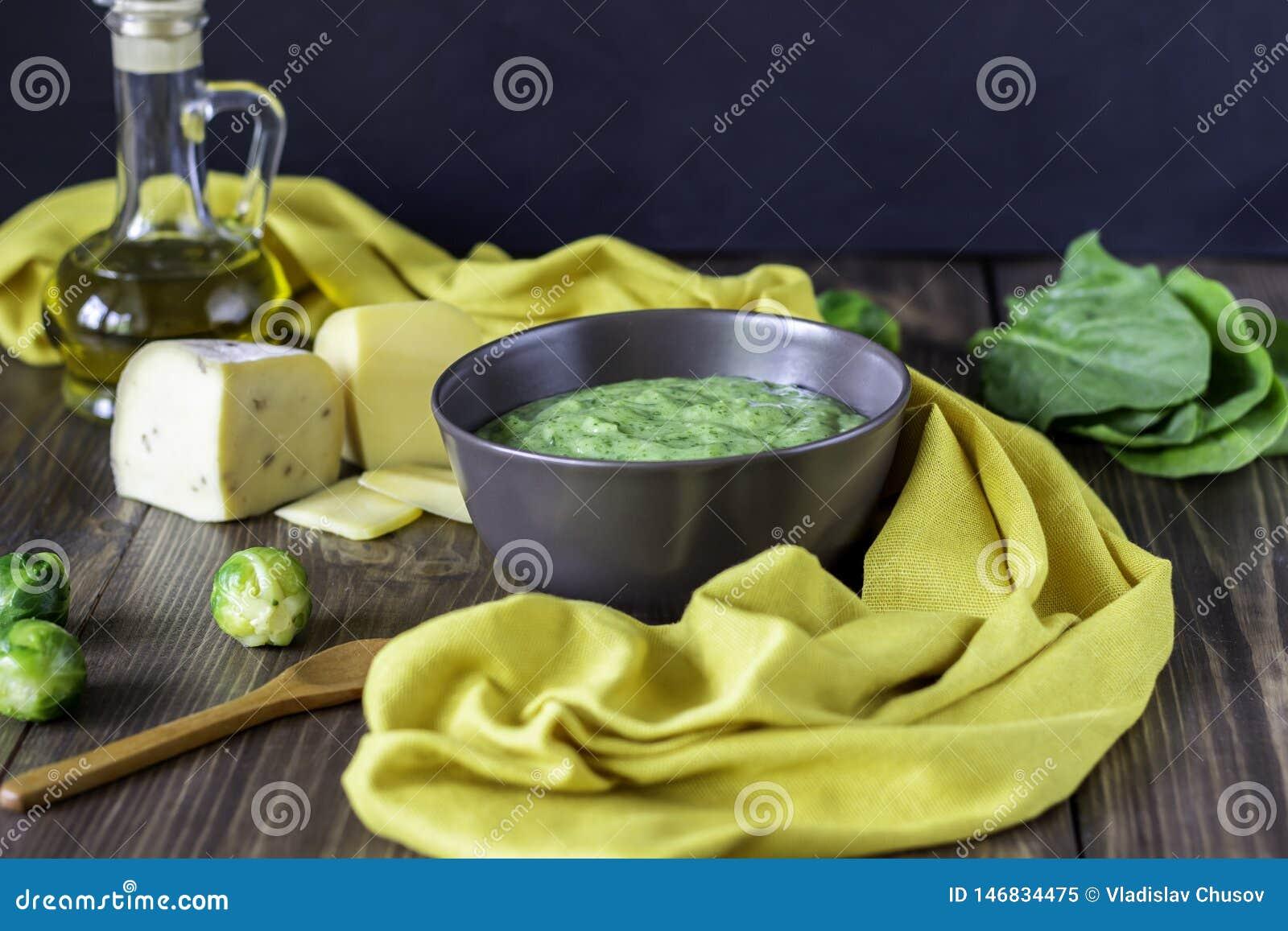 Kremowa polewka z szpinakami i serem zdrowe je?? Drewniany t?o