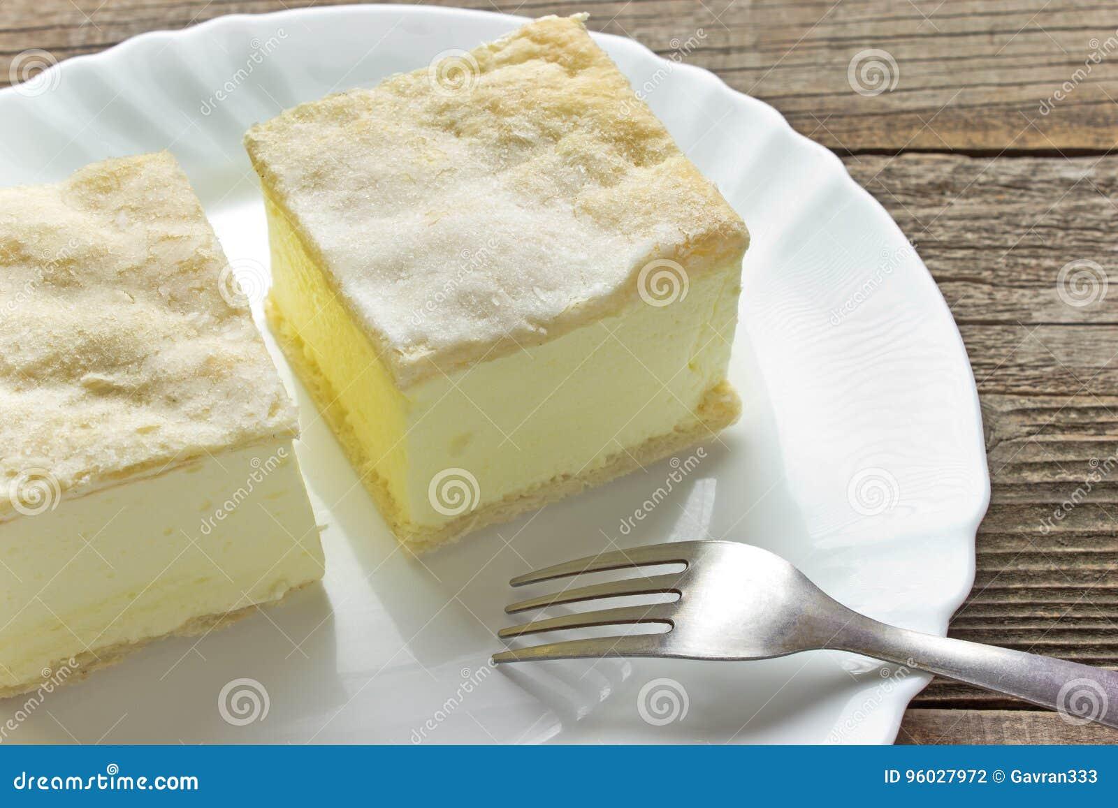 Kremowy kulebiak z warstwami ptysiowy ciasto w talerzu