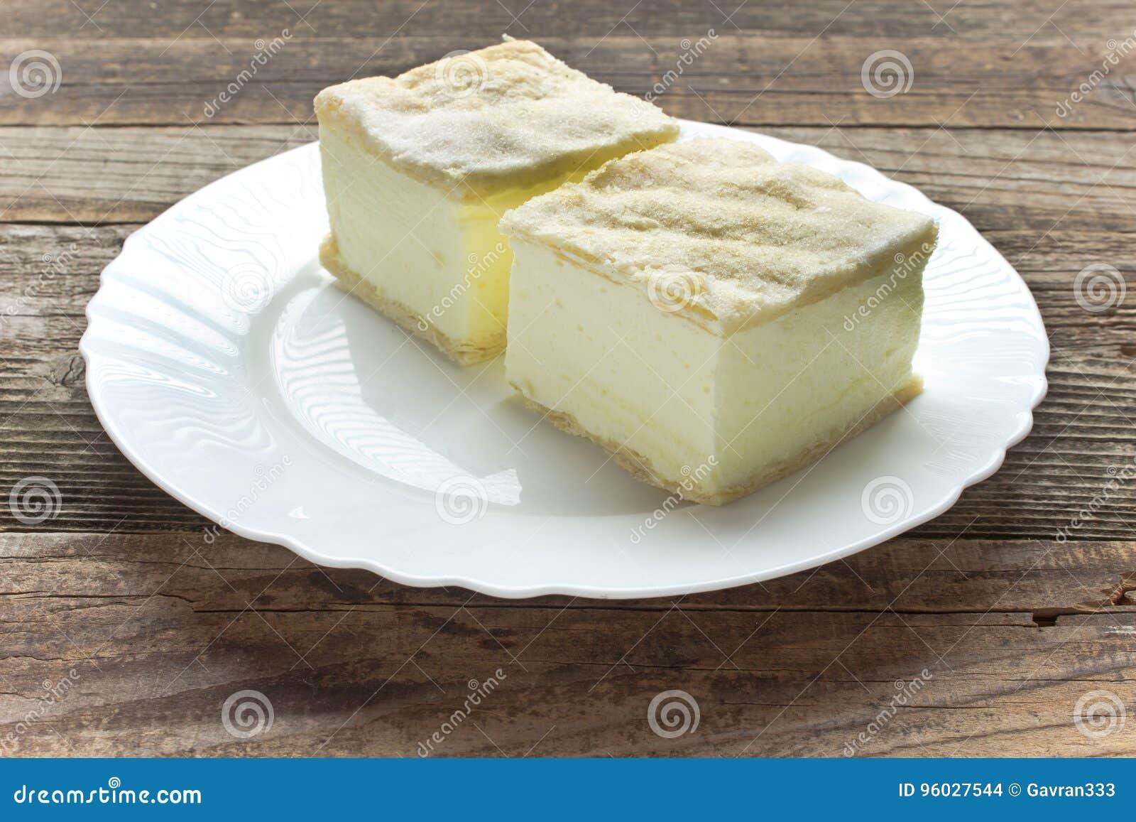 Kremowy kulebiak z warstwami ptysiowy ciasto w talerzu na stole