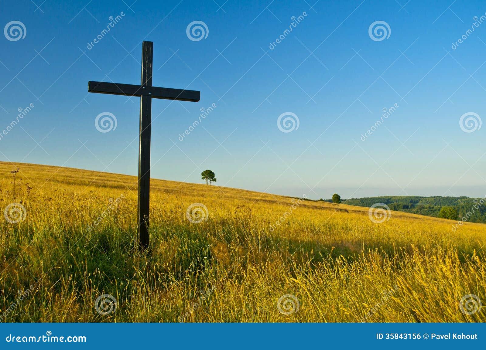 Kreuz auf Wiese