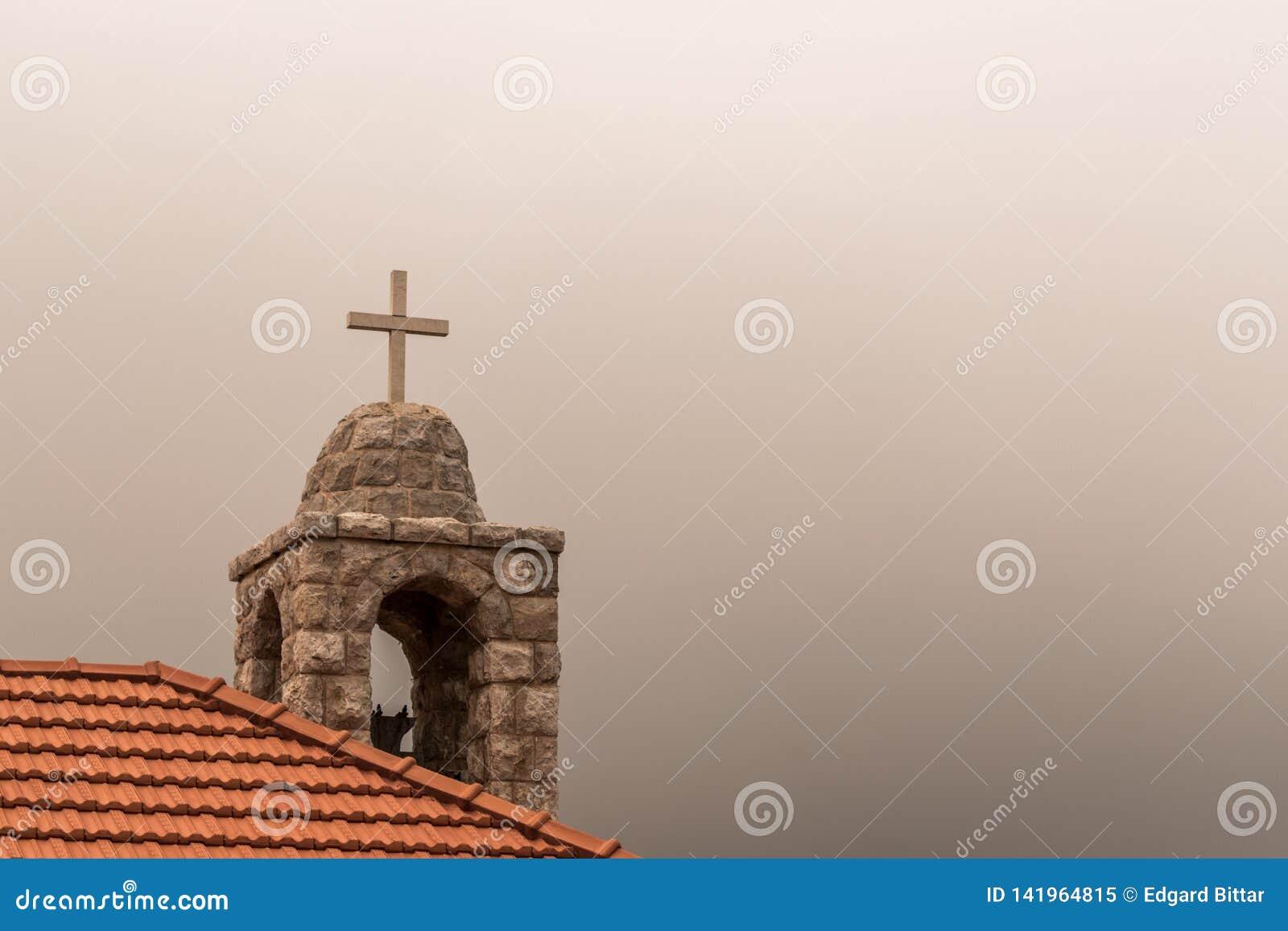 Kreuz einer Kirche herauf Hoch
