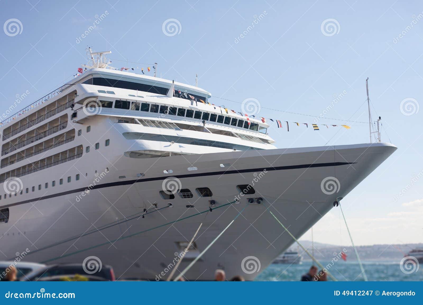 Download Kreuzereinschiffung stockbild. Bild von marine, boot - 49412247