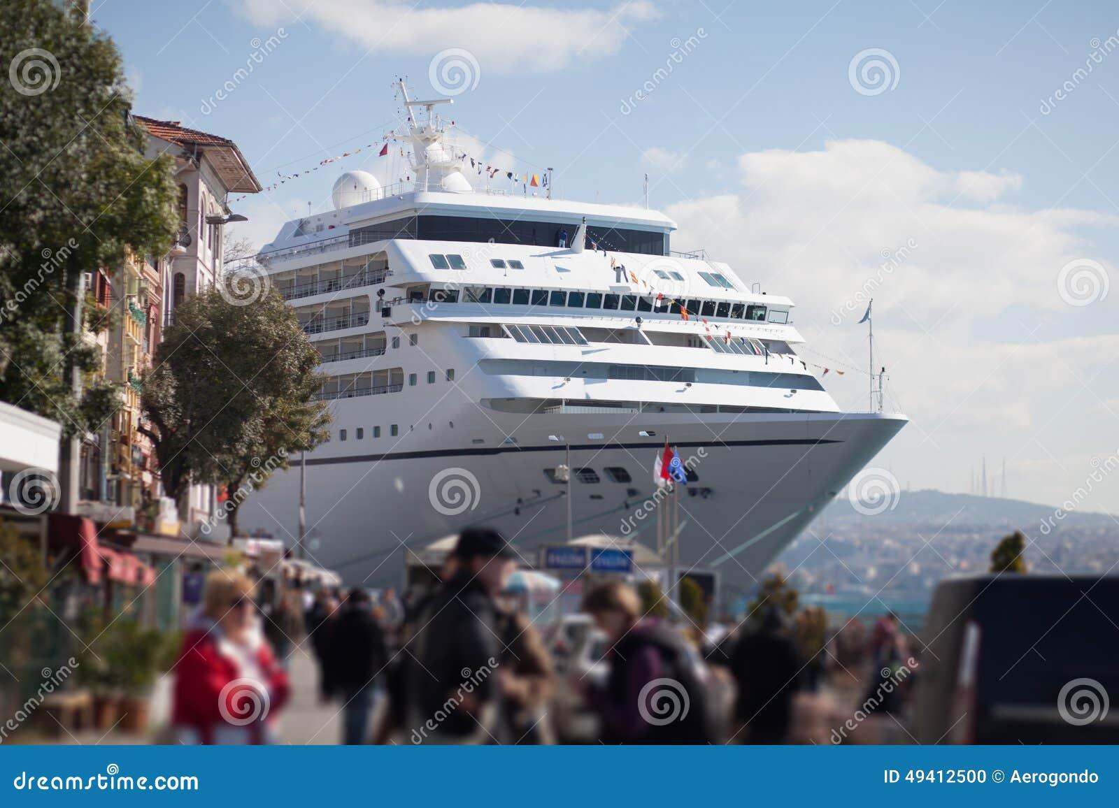 Download Kreuzereinschiffung stockfoto. Bild von marine, kreuzer - 49412500