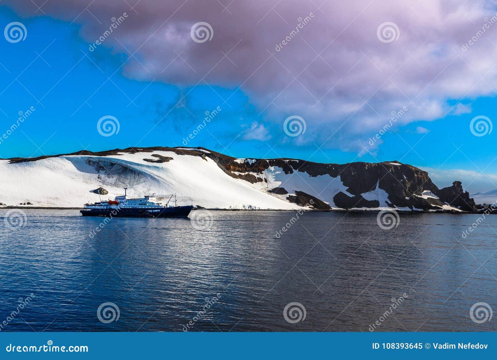 Kreuzschiff, das noch auf der Oberfläche mit dem Schnee bedeckt steht