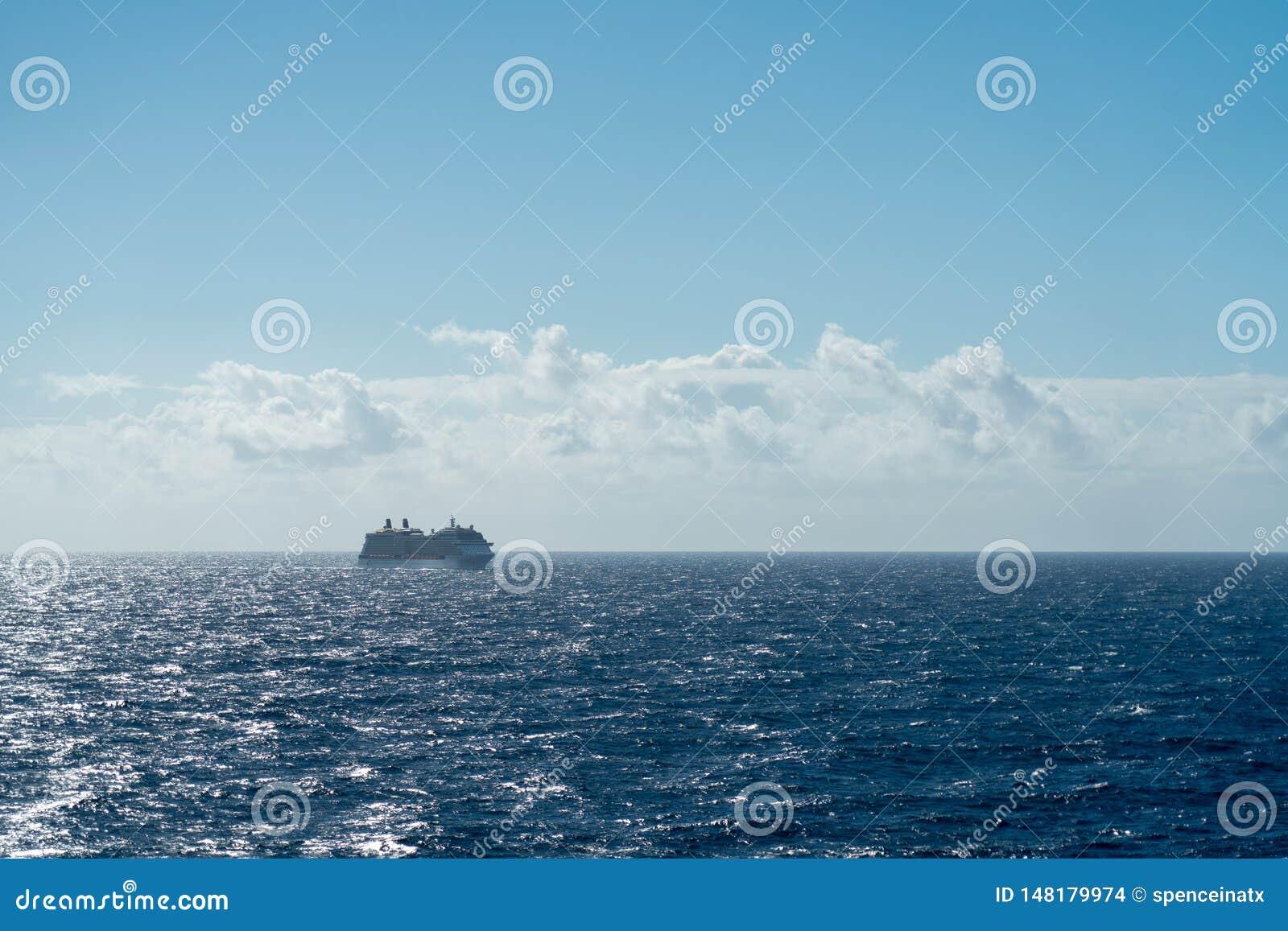 Kreuzschiff heraus in Meer