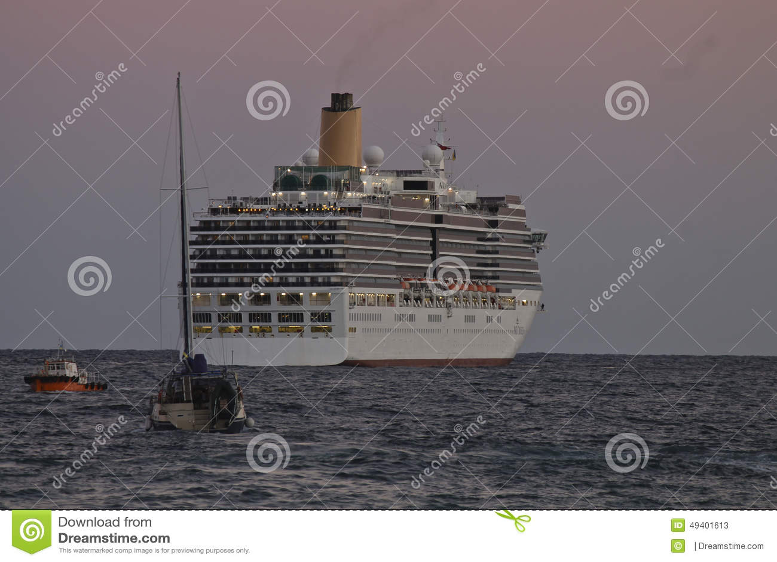 Download Kreuzschiff Lässt Den Hafen Spät Am Abend Redaktionelles Stockfoto - Bild von spät, leuchten: 49401613