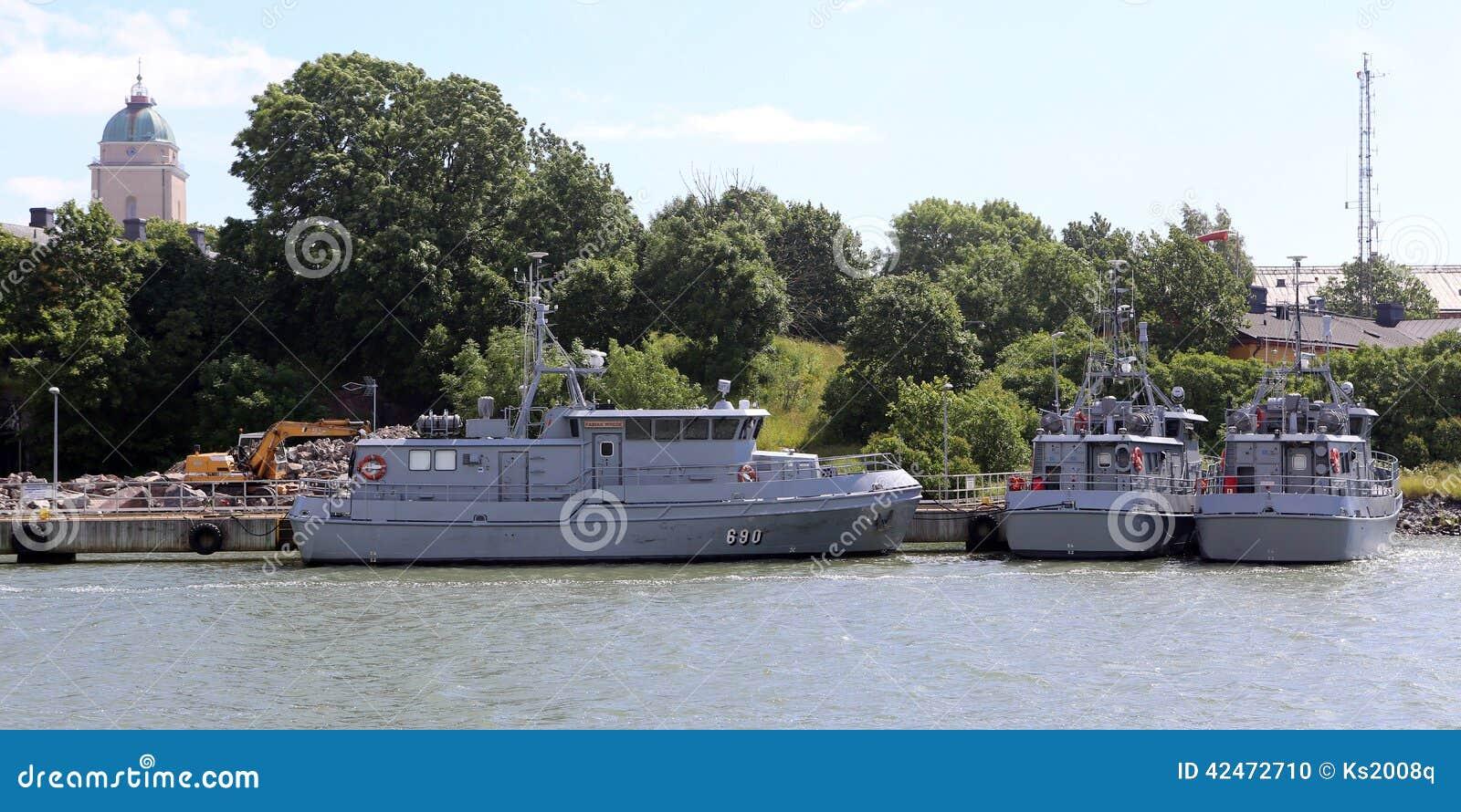 Kriegsschiffe am Pier der Suomenlinna-Insel