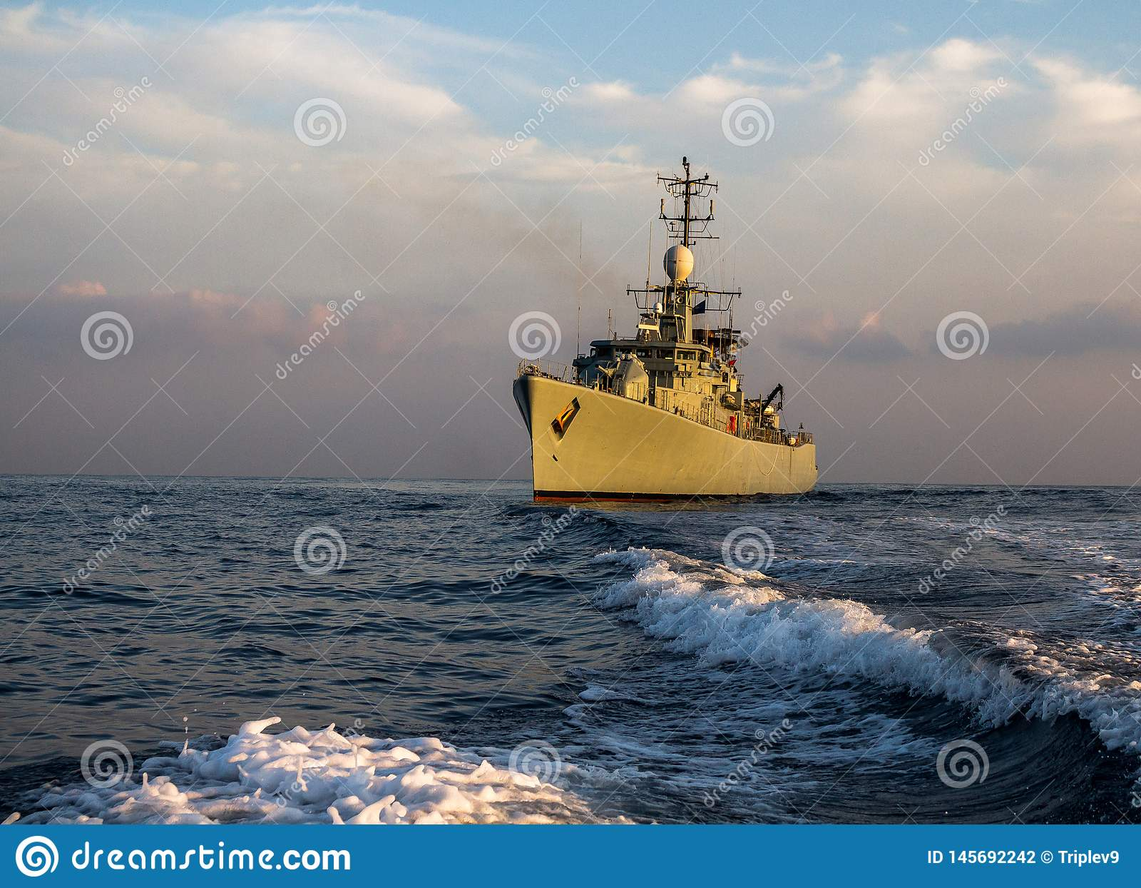 Kriegsschiffspatrouille und im Meer sich schützen