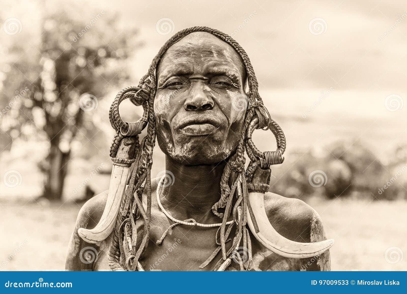Krigare från den afrikanska stammen Mursi, Etiopien