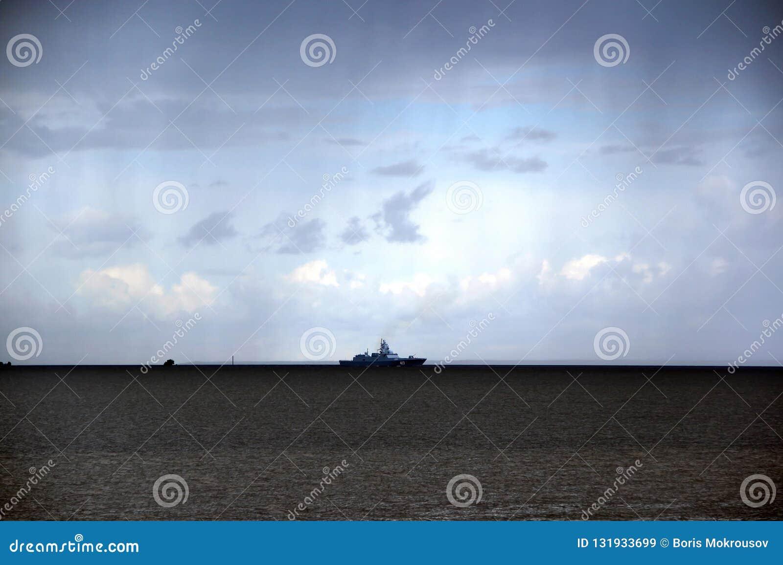 Krigsskeppflöten på horisonten i det mörka molnet för regn