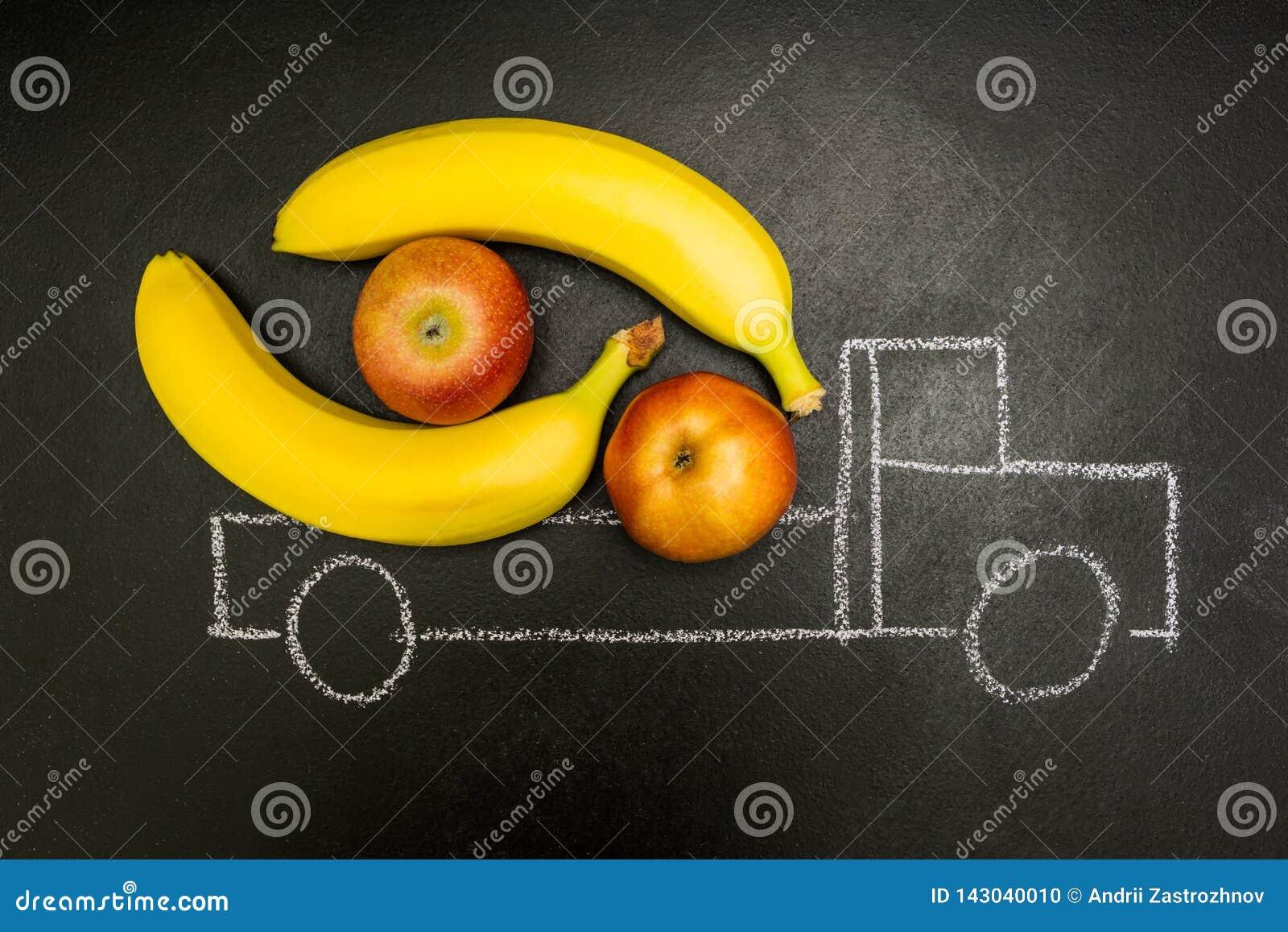 Krijt geschilderde die vrachtwagen met bananen en appelen op een zwarte achtergrond wordt geladen