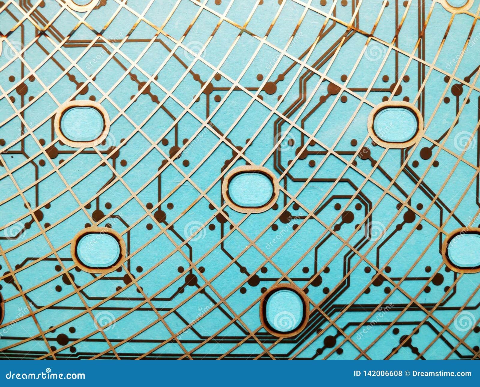 Kringsraad van plastiek met kringssporen wordt gemaakt op blauwe achtergrond die Het concept technologie, gegevensverwerking, ele