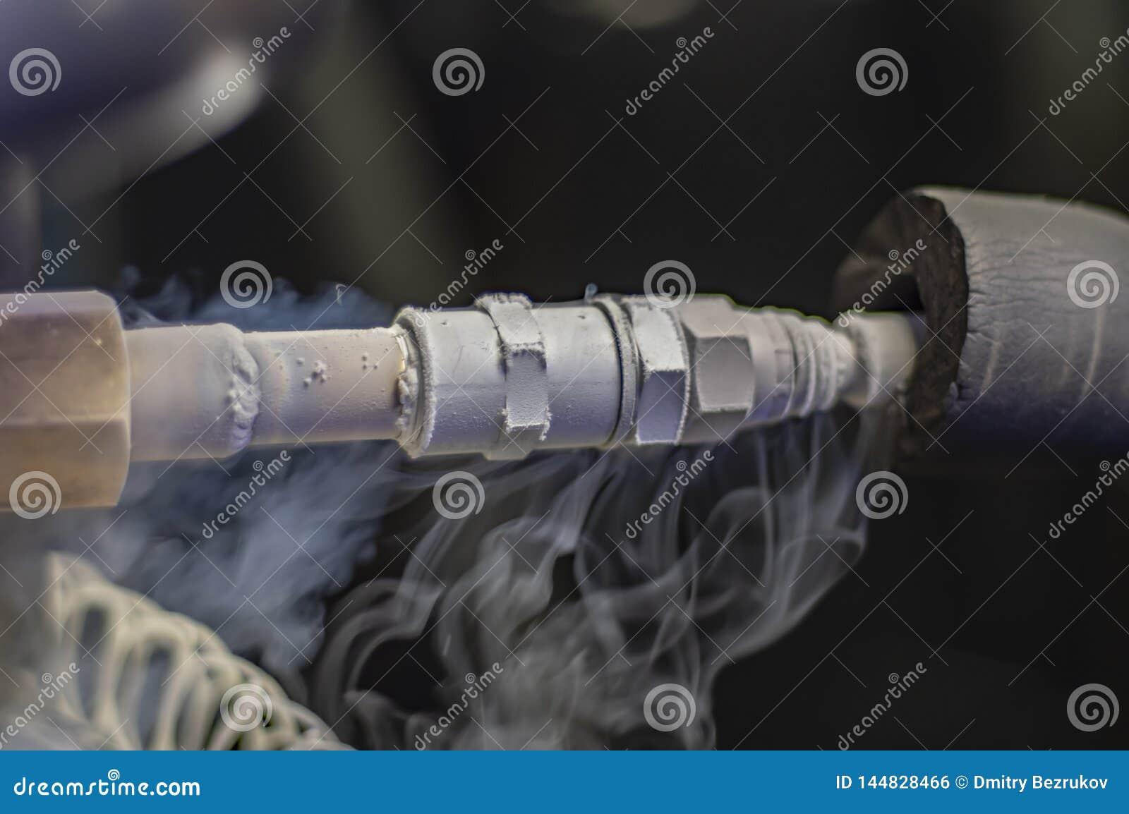 Kriogeniczny naczynie ale zawory Tankowa plombowanie z ciek?ym azotem Zimno metalu parowa drymba od ciek?ego azota