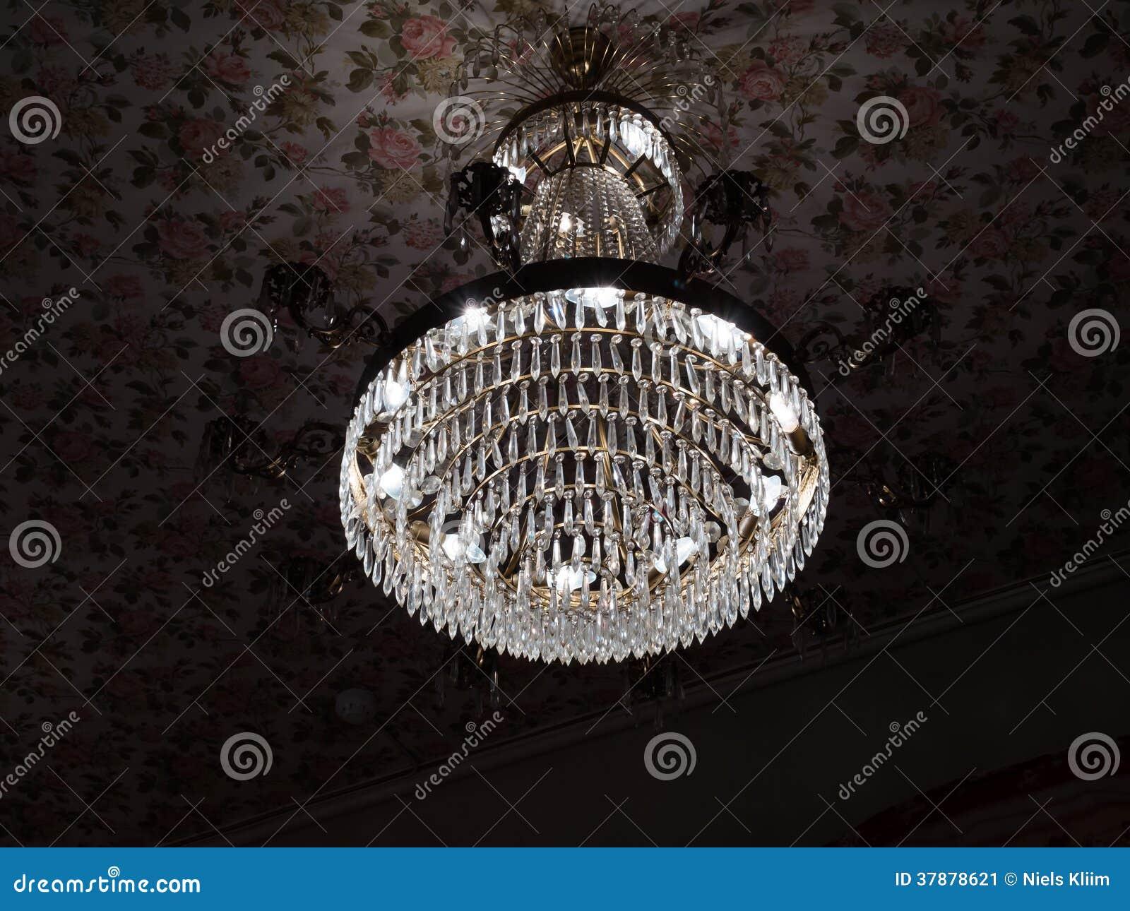 Kristallenkroonluchter met licht