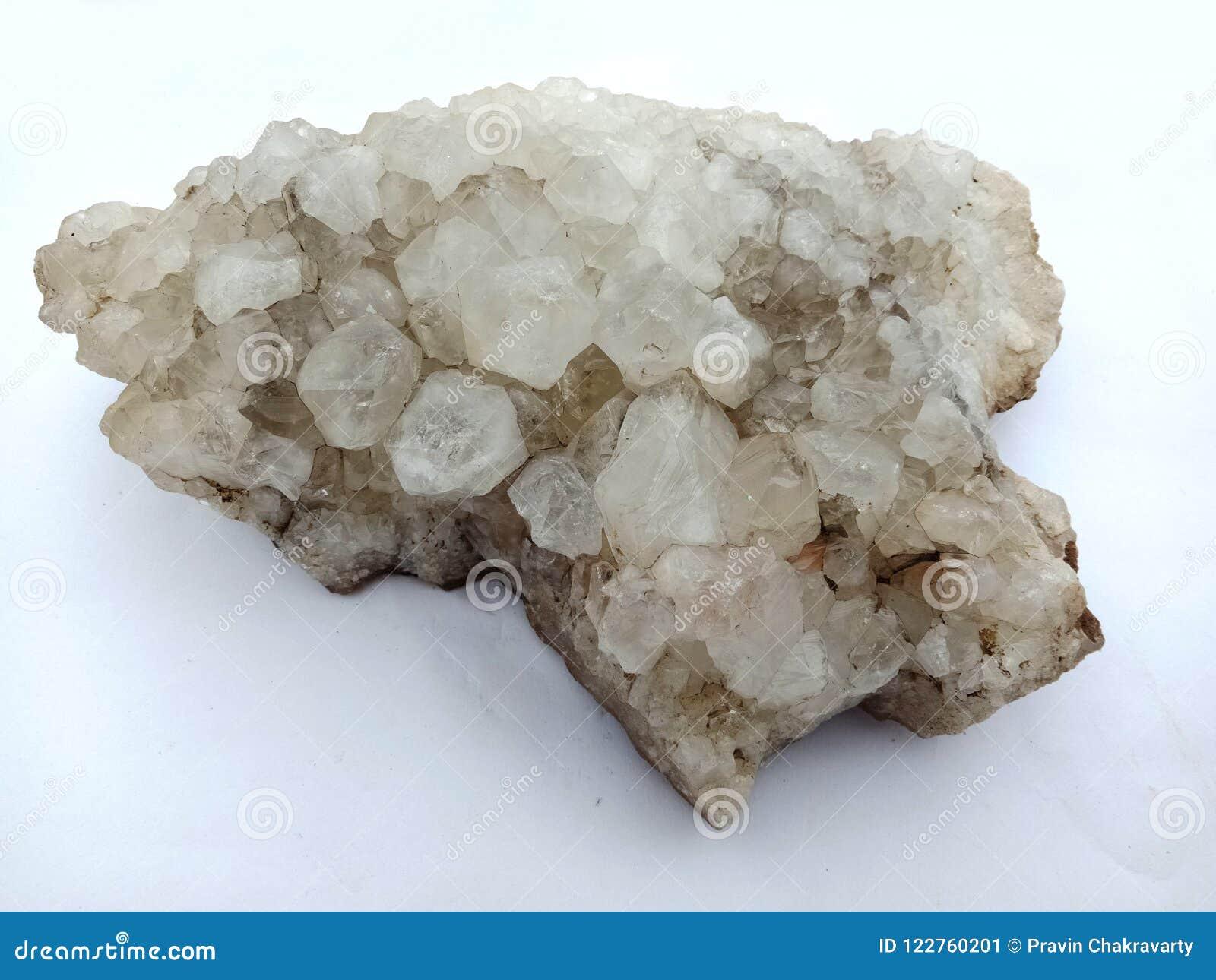 Kristalsteen met witte achtergrond, geweven behang als achtergrond