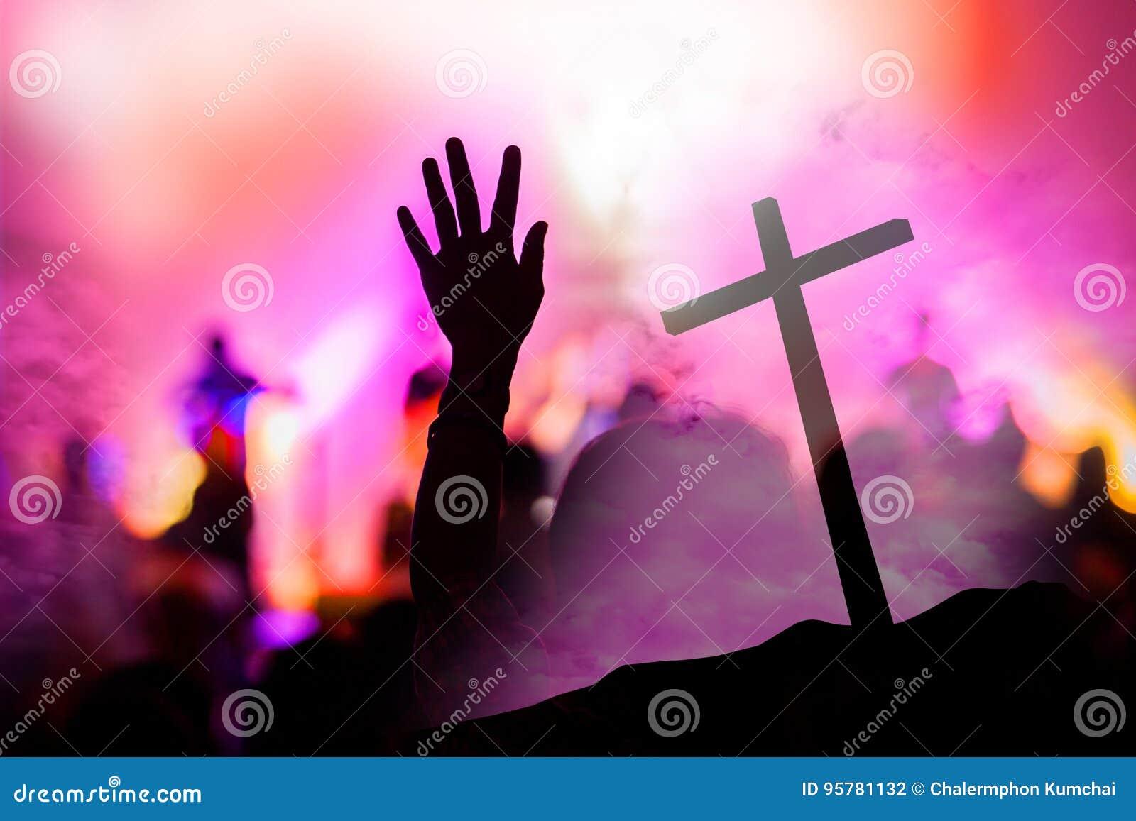 Kristen musikkonsert med den lyftta handen