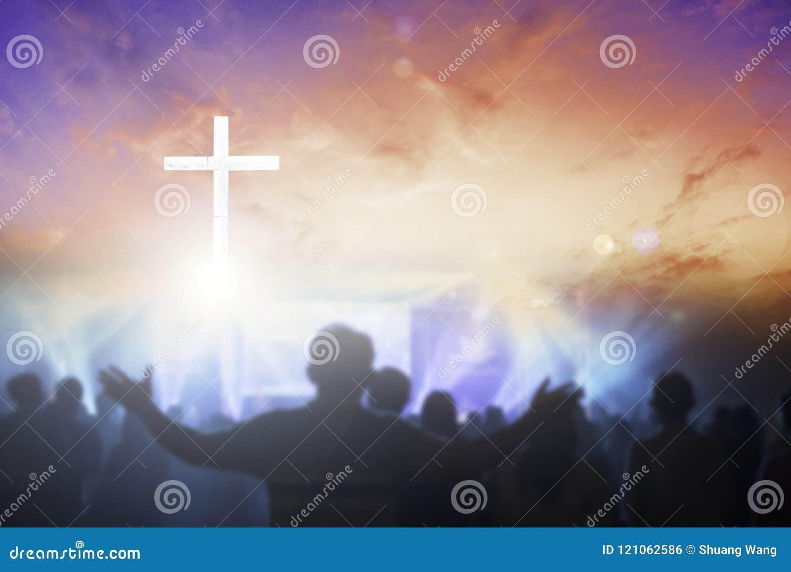 Kristen som lyfter deras händer i beröm och dyrkan på en nattmusikkonsert