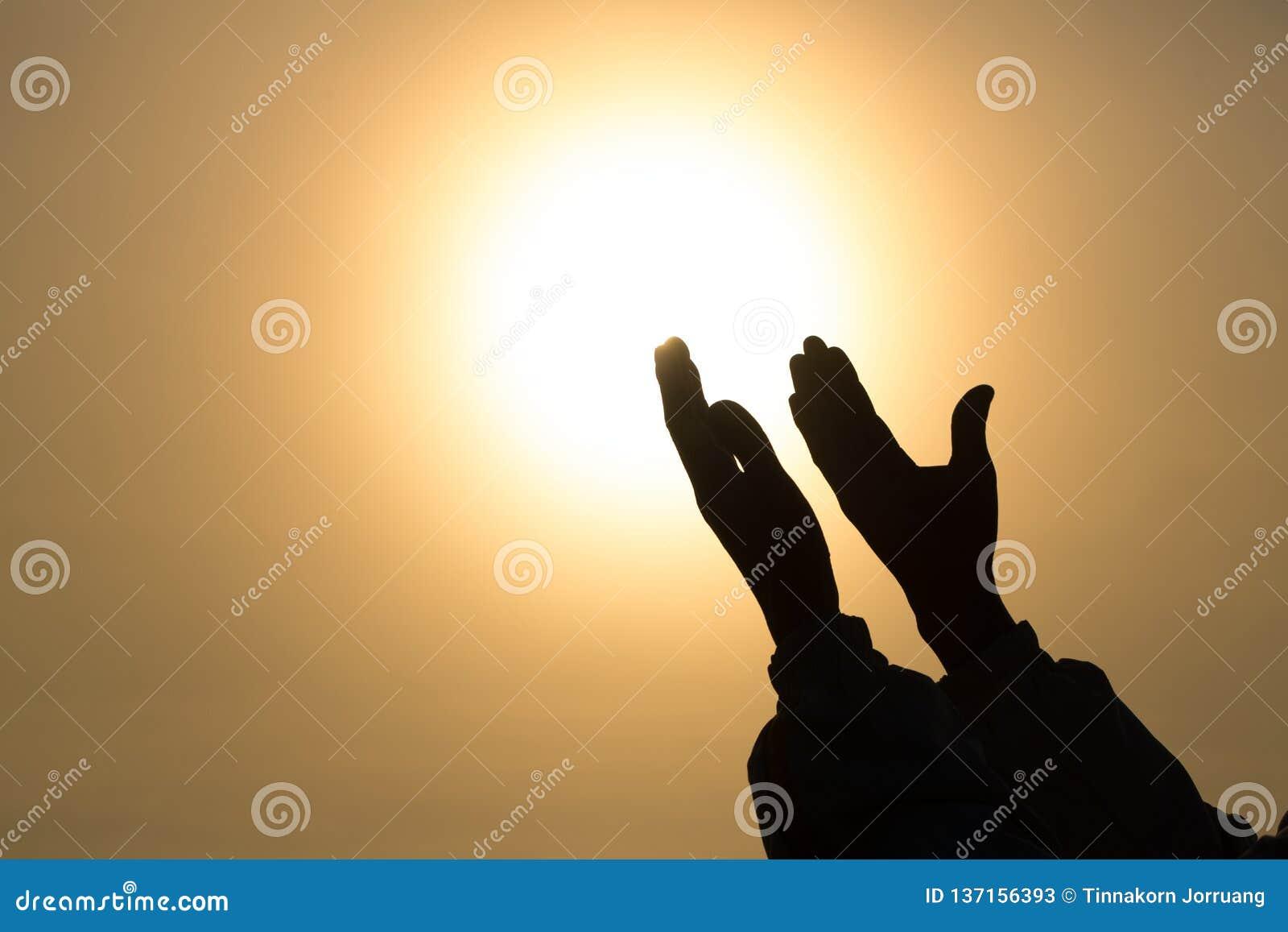 Kristna kvinnahänder som ber till gudkvinnan, ber för gud som välsignelsen till att önska har ett bättre liv tigga för förlåtelse