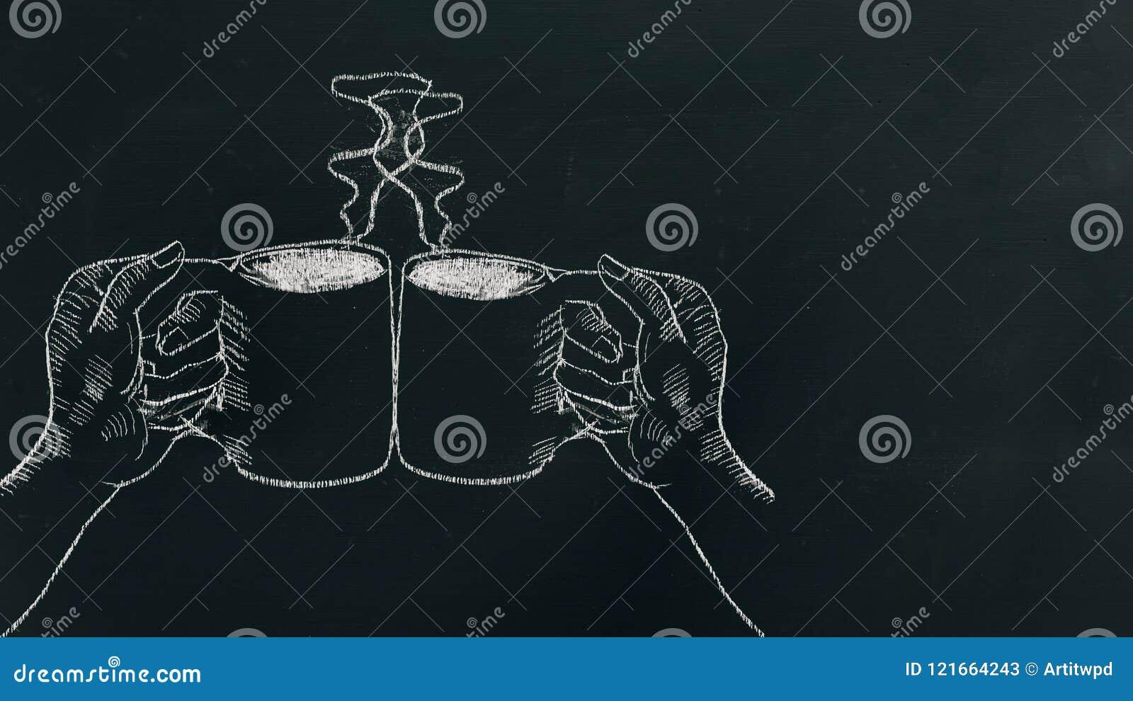 Kritahand som drar två händer som rymmer kaffekoppen med ånga och jubel på svart bräde nära vänster sida