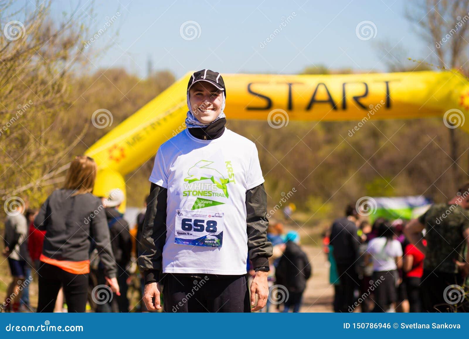 Krivoy Rog, Ουκρανία - 21 Απριλίου 2019: Ομάδα νέων αθλητών στη θέση έναρξης Κατάλληλοι νέοι που προετοιμάζονται για το μαραθώνιο