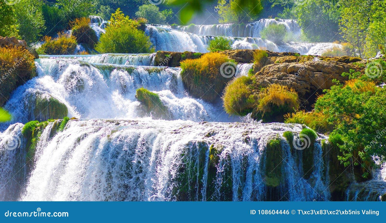 Krka nationaal park in Kroatië tijdens de zomerhitte