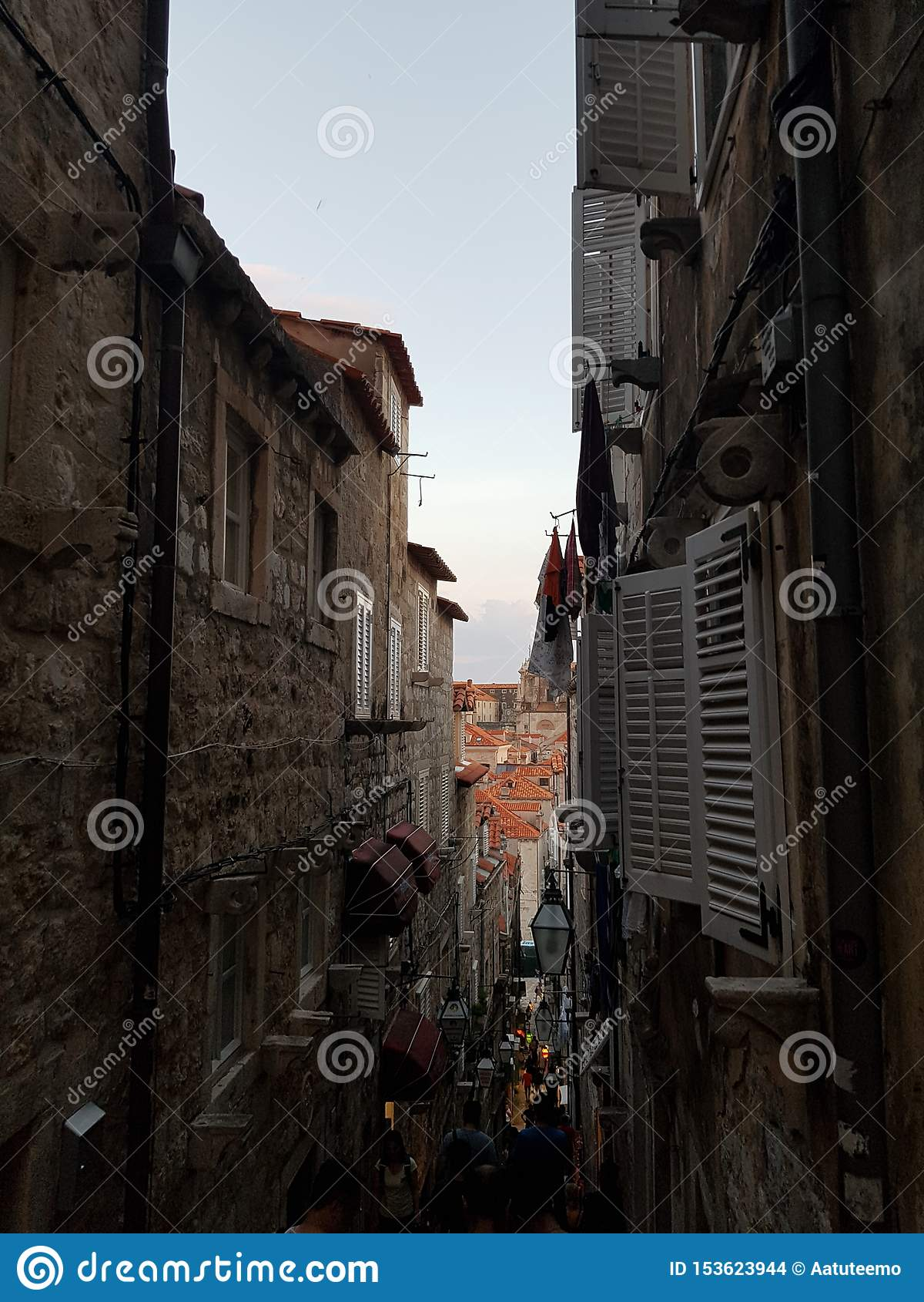 Kroatiensolnedgång i gammal stad i dubrovnik