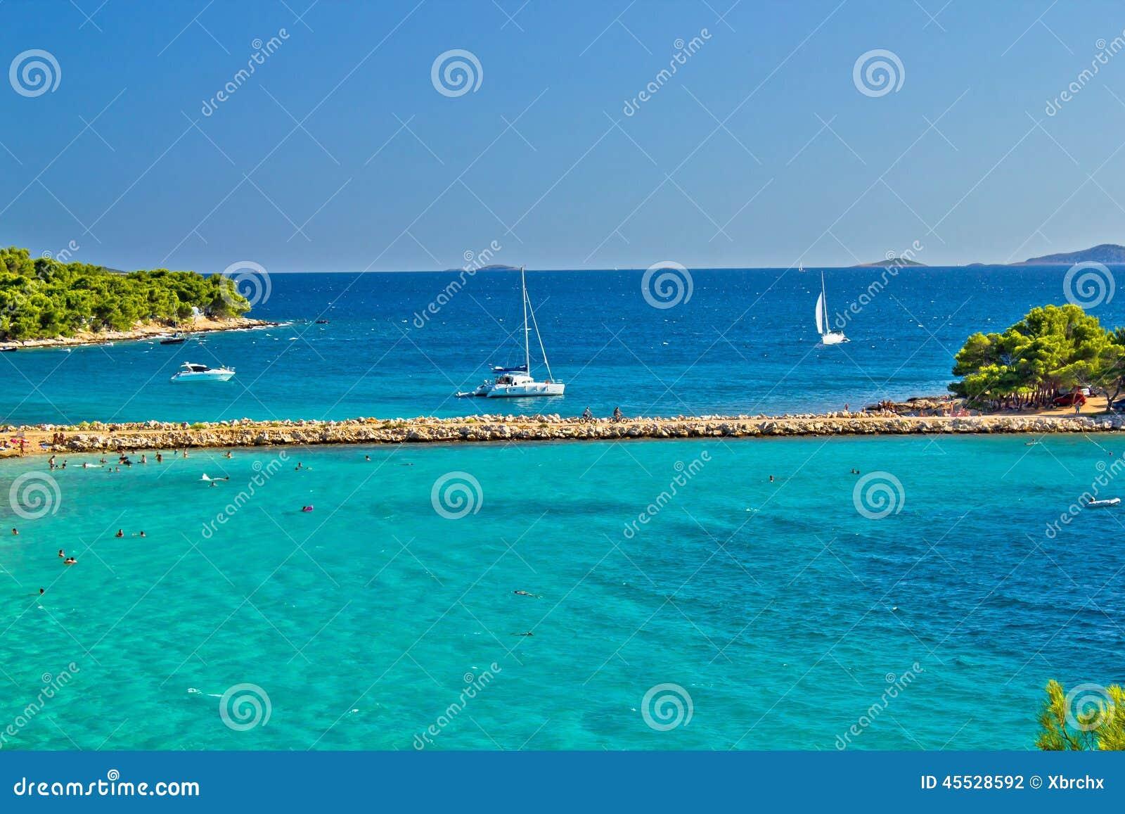 Kroatischer Strand des Türkises auf Murter-Insel