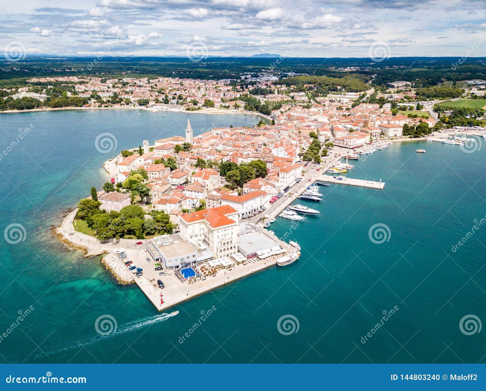 Kroatisk stad av Porec, kust av det bl?a azura turkosAdriatiskt havet, Istrian halv?, Kroatien Klocka torn, r?da belade med tegel