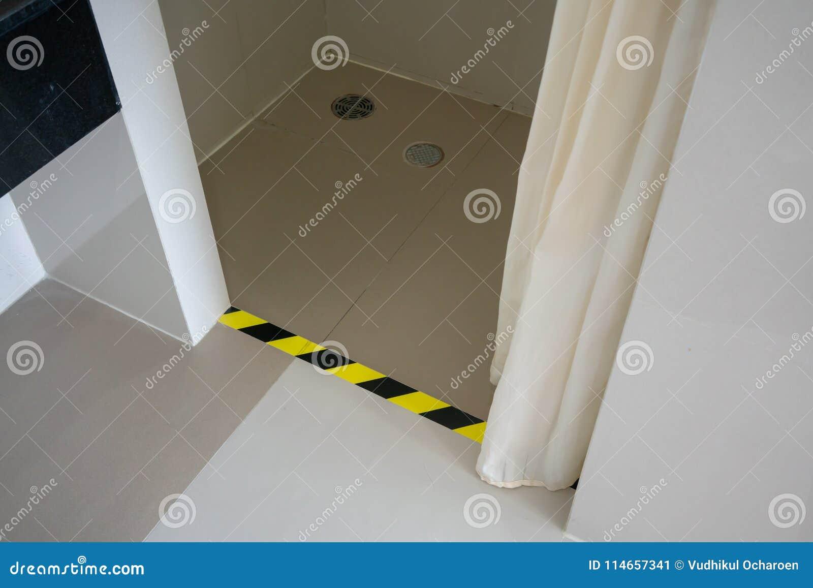 Kroka ostrzeżenie wśrodku toalety lub toalety czarny wzór