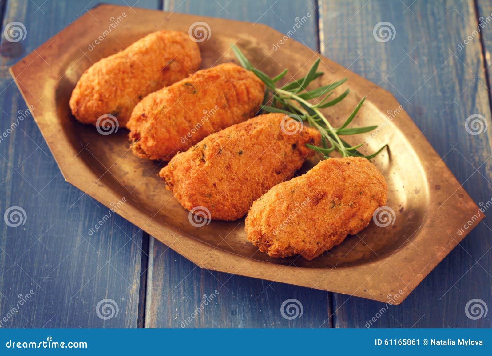 Kroketter för torskfisk på maträtt
